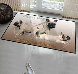 un tapis de chien bouledogue francais dans l'entrée d'une maison pour la décoration
