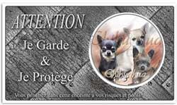 un chien chihuhua sur une pancarte je monte la garde