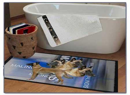 tapis de sol avec un chien malinois dans une saldot